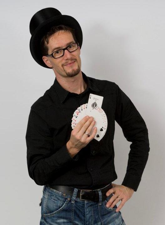Zauberer Magic Dean mit Karten
