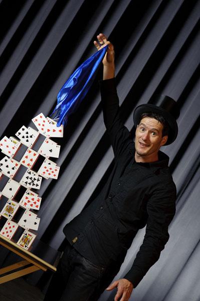 Zauberer Magic Dean produziert ein Kartenschloss