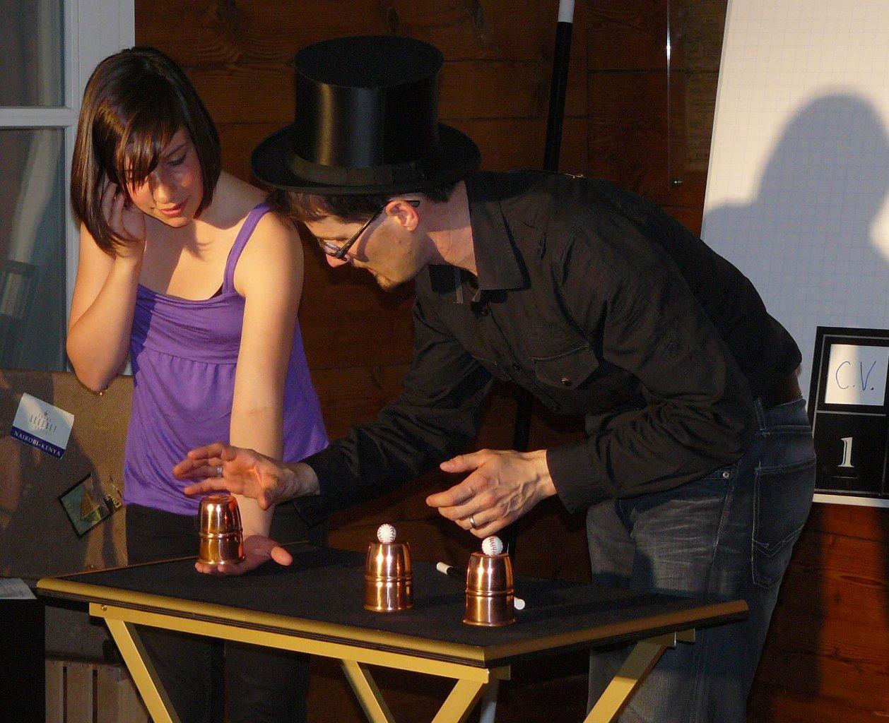 Ostschweizer Zauberkünstler Magic Dean beim Becherspiel